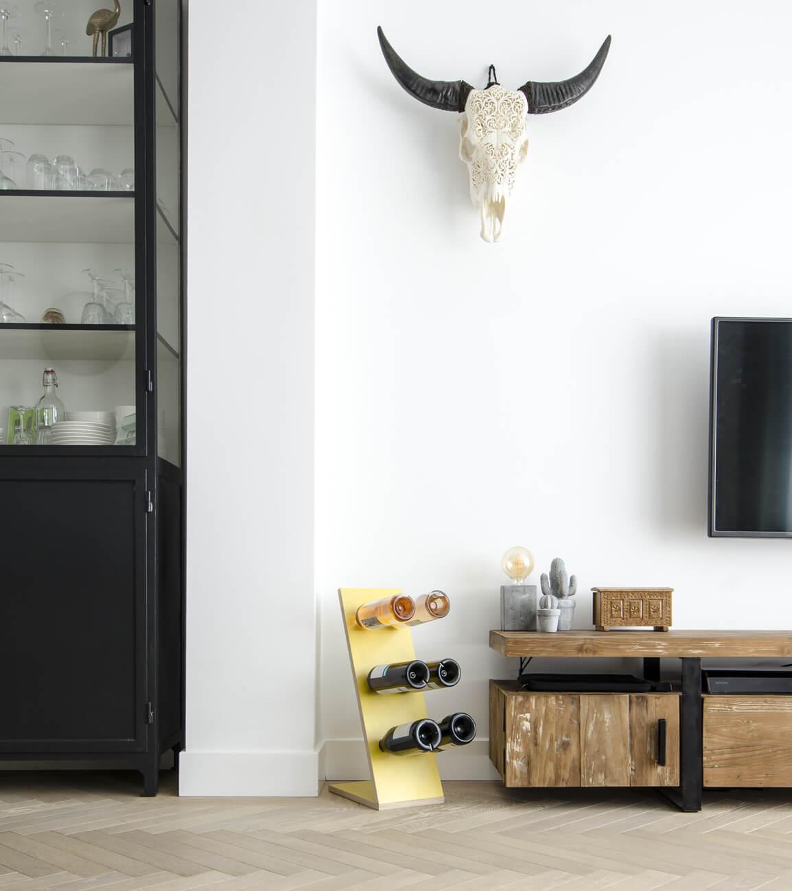 Compact Six Yellow Wijnrek zij/vooraanzicht woonkamer tv