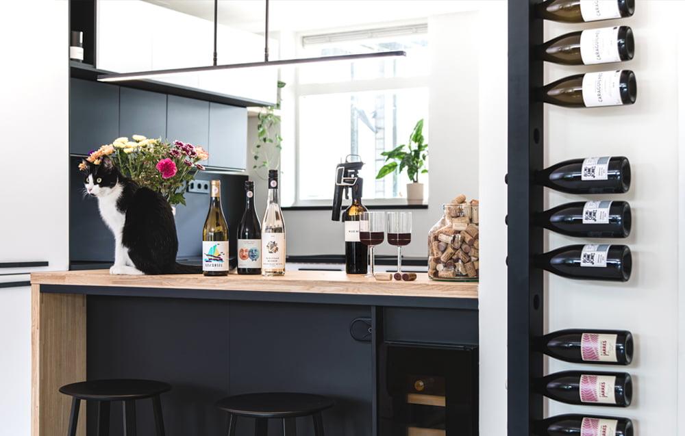 Wijnpaal Wijnrek Zwart zijkant poes